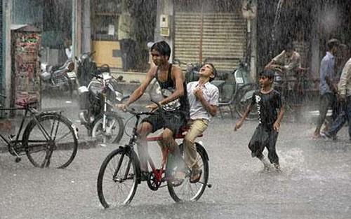 Люди под дождем - красиво и актуально для осенних фото - №15