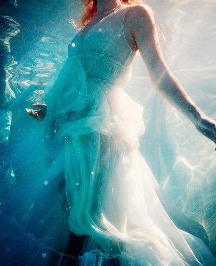 Свежие кадры необычных съемок в жанре модных фото - №6