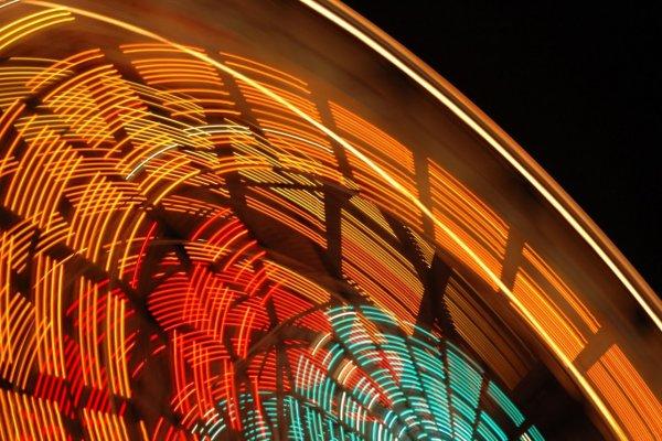 Яркие фото динамичного колеса обозрения - №6