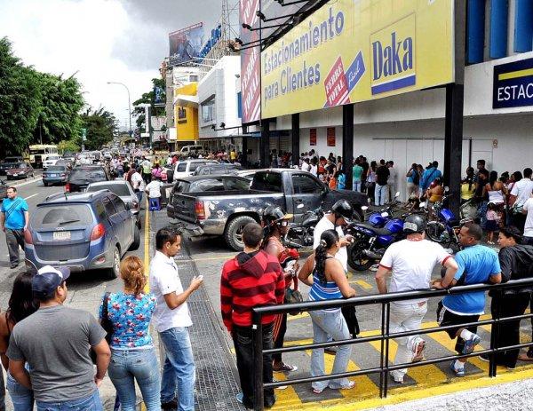 Новости в фотографиях - Армия Венесуэлы захватила магазины и раздает товары почти бесплатно - №1