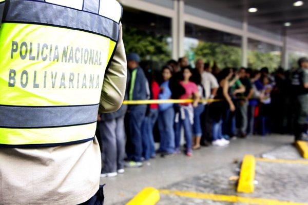 Новости в фотографиях - Армия Венесуэлы захватила магазины и раздает товары почти бесплатно - №2