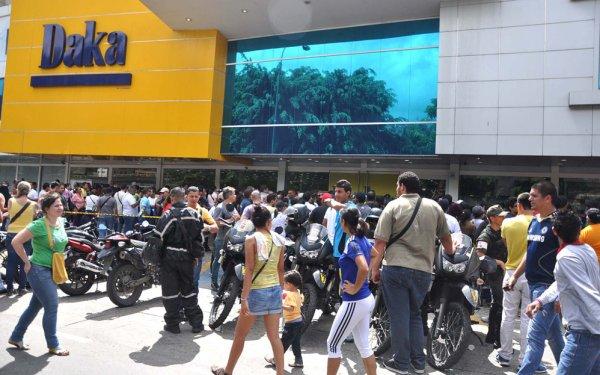 Новости в фотографиях - Армия Венесуэлы захватила магазины и раздает товары почти бесплатно - №3