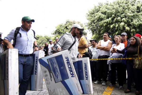 Новости в фотографиях - Армия Венесуэлы захватила магазины и раздает товары почти бесплатно - №4