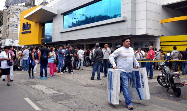 Новости в фотографиях - Армия Венесуэлы захватила магазины и раздает товары почти бесплатно - №5