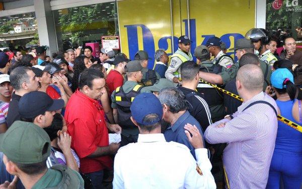 Новости в фотографиях - Армия Венесуэлы захватила магазины и раздает товары почти бесплатно - №6