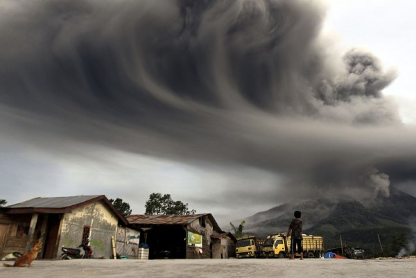 Новости в фотографиях - Мощное извержение вулкана Синабунг - №1