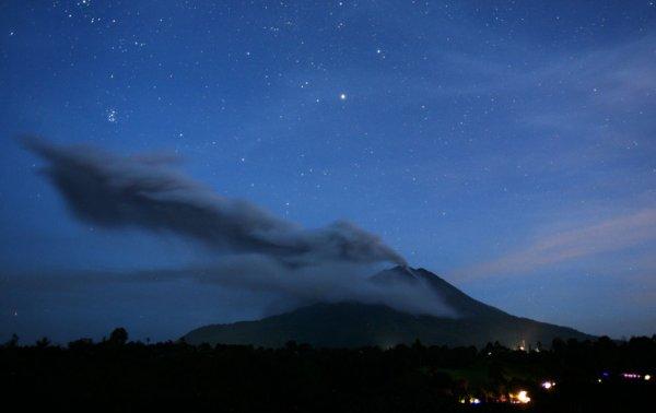 Новости в фотографиях - Мощное извержение вулкана Синабунг - №5