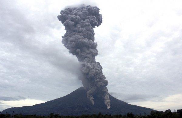 Новости в фотографиях - Мощное извержение вулкана Синабунг - №9
