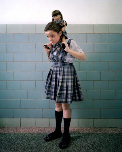 Девочки и куклы в милых детских фото - №4
