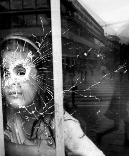 Взгляд в окно - искусство черно-белых фото - №4