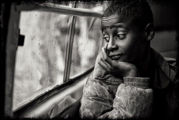 Взгляд в окно - искусство черно-белых фото - №8