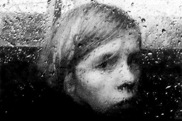 Взгляд в окно - искусство черно-белых фото - №12