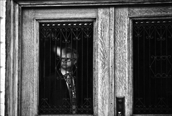 Взгляд в окно - искусство черно-белых фото - №24