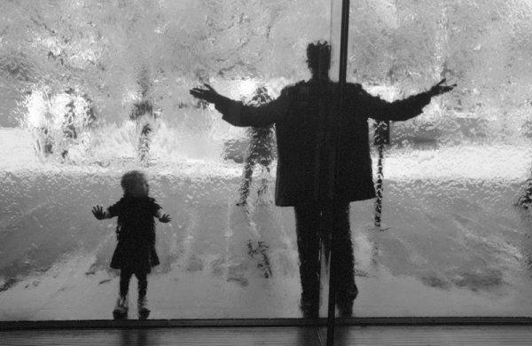 Взгляд в окно - искусство черно-белых фото - №32