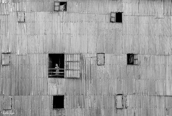 Взгляд в окно - искусство черно-белых фото - №48