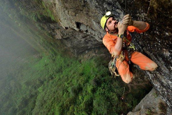 Смелые люди с камерой спустились в загадочную китайскую пещеру - №12