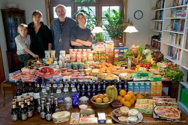 Недельный набор продуктов у разных народов в семейных фото - №2