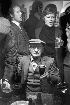 Дэвид Херн. Сеннибридж. Хоровое пение в пабе. Из серии «Земля моего отца». 1973. © Magnum Photos