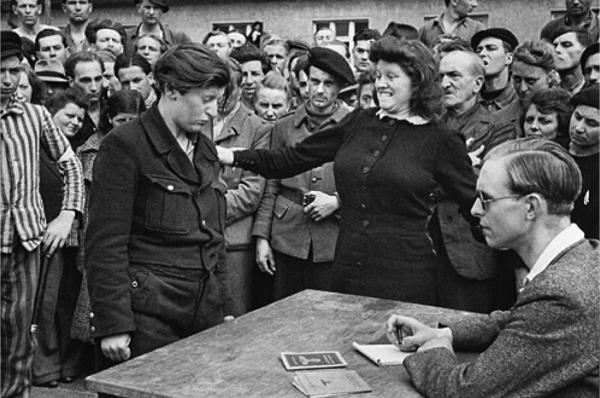 Информатор гестапо, Дессау, Германия, 1945 г. Уличные фото