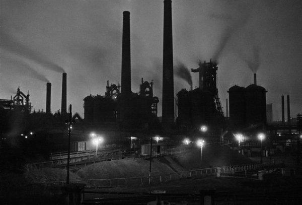 Аркадий Шайхет. Ночной силуэт Днепровского сталелитейного комбината. Май 1941. Серебряно-желатиновый отпечаток