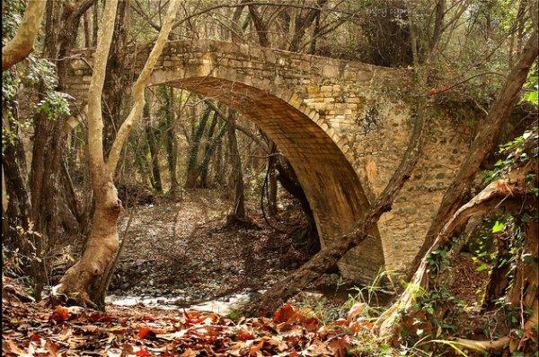 Венецинские мосты в горах Тродос. Тут их великое множество