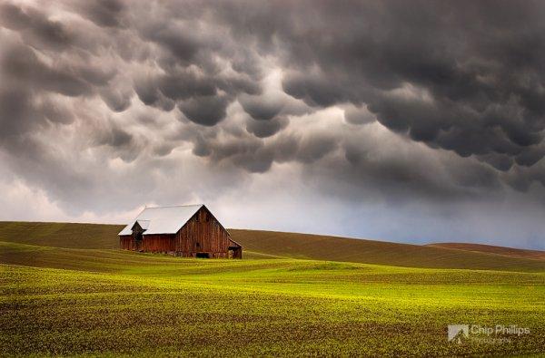 красота природы фото - Облака мамматусы и амбар среди холмов в регионе Палуз