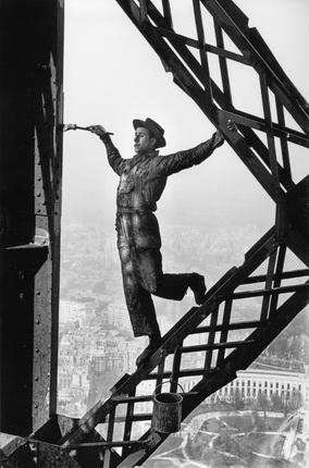 Марк Рибу. Маляр на Эйфелевой башне. Париж, 1953. © Marc Riboud