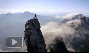 Обалденное видео: Велосипедист покоряет горы