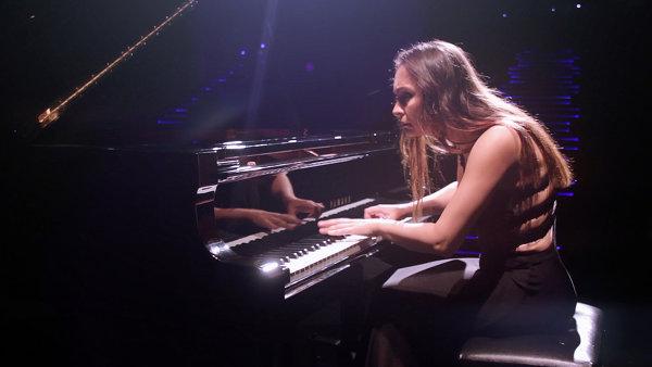 Фотограф исполняет виртуозное соло на рояле