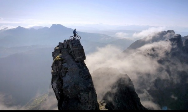 Велосипедист покоряет горы